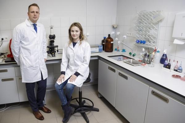 Vidusskolniece Juta RSU laboratorijā pēta zeltaino stafilokoku