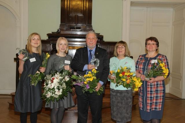 Pasniegtas Ekselences balvas Latvijas skolotājiem